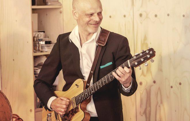 Gitarist van jazztrio speelt op een receptie
