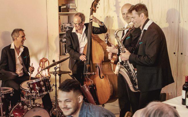 Jazztrio speelt op een borrel of receptie