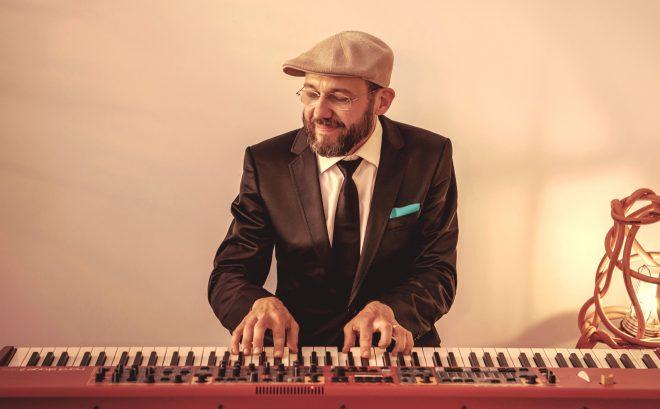 Pianist van jazzband op bruiloft